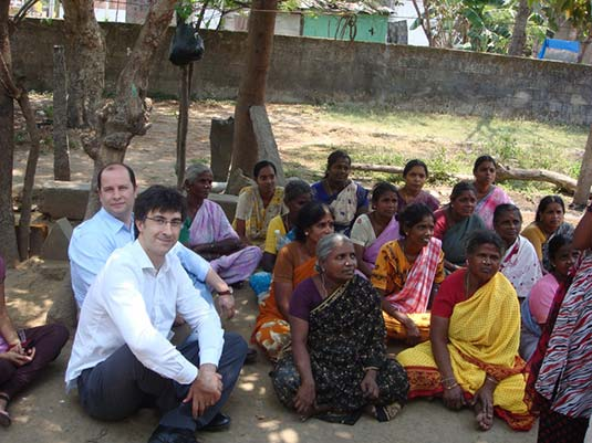 Ambers&Co Capital Microfinanzas team with Indian women clients in a recent trip to India